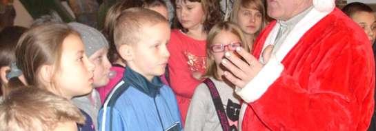 Bobmki choinkowe produkowane są w konsulacie św. Mikołaja w Kętrzynie. Konsulat przyjął dzieci ze Szkoły Podstawowej w Sątopach.