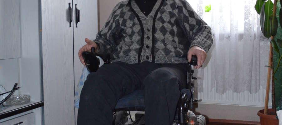 Pan Kazimierz Bajorek na swoim wózku inwalidzkim