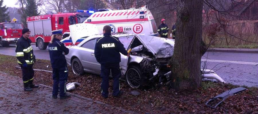 Kierowcę z samochodu wyciągnęli świadkowie wypadku.