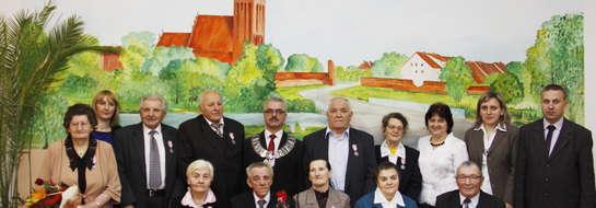 Uhonorowani jubilaci w otoczeniu władz Sępopola