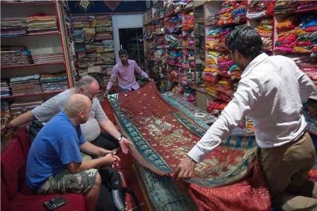 Sklep z dywanami w Darjeelingu, na drugim planie (z zegarkiem na ręce) autor - full image