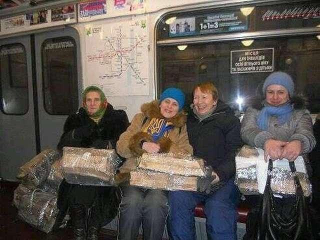 Kijów. Kobiety wiozą drewno na opał dla uczestników majdanu. - full image