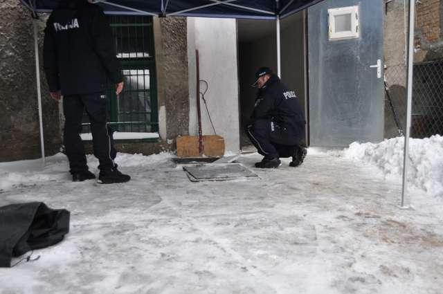 Ciało noworodka w studzience. Policjanci zatrzymali matkę? - full image