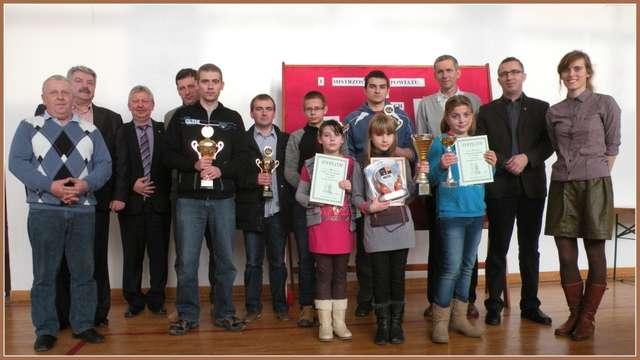 Nagrodzeni, uczestnicy i organizatorzy Mistrzostw Powiatu w Szachach - full image