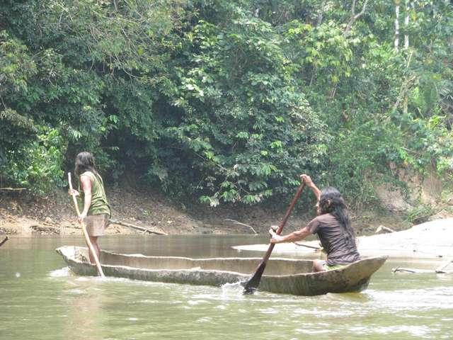 Indianie Huaorani w prymitywnej dłubance - full image