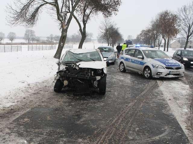 Grąbiec. Kierowca citroena stracił panowanie nad autem na śliskiej nawierzchni - full image