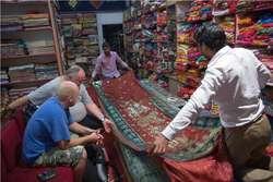 Sklep z dywanami w Darjeelingu, na drugim planie (z zegarkiem na ręce) autor