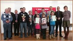 Nagrodzeni, uczestnicy i organizatorzy Mistrzostw Powiatu w Szachach