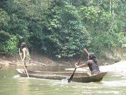 Indianie Huaorani w prymitywnej dłubance