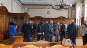 Przewodnicy poznawali budynek elbląskiego sądu