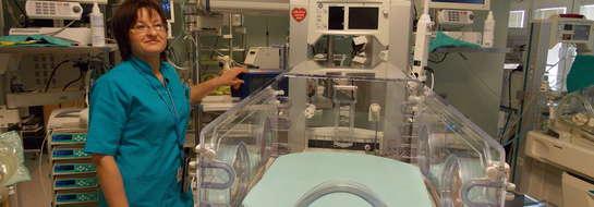 Iwona Ustaszewska zachęca do wsparcia akcji. Na zdjęciu widać inkubator noworodkowy podarowany szpitalowi przez WOŚP