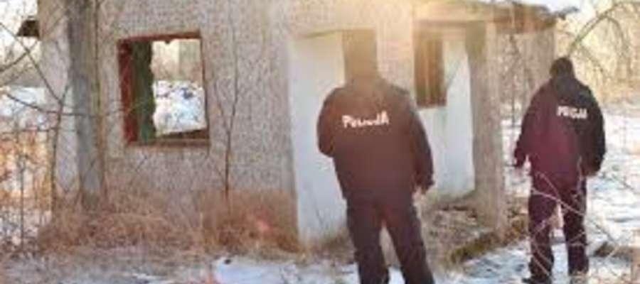 Policjanci odwiedzają tez miejsca, w których mogą znajdować się osoby bezdomne i proponują, by mrozy przeczekały w schroniskach