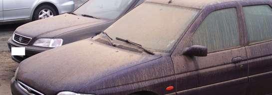 Na samochodach osadza się pył