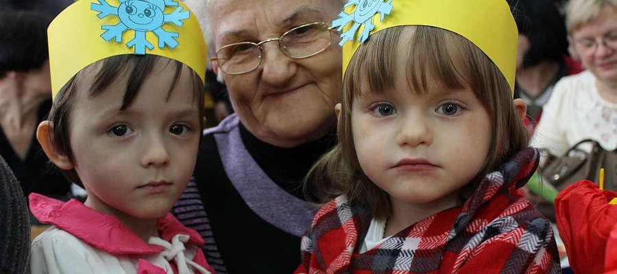 """Wnuczęta, po występie i złożeniu życzeń Babciom i Dziadkom, """"zagnieździły"""" się na kolanach babć."""