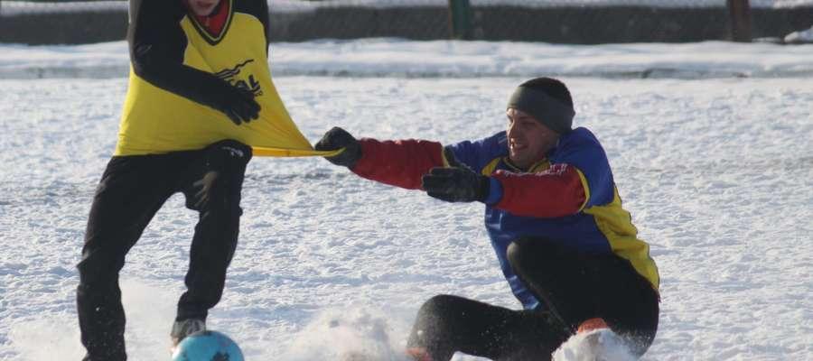 Podczas turnieju zimowego w Sępopolu walki na boisku nie brakuje