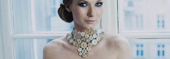 Katarzyna Dąbrowska prezentuje piękny naszyjnik