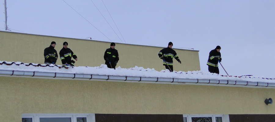 Strażacy ostrzegają przed śniegiem zalegającym na dachach.