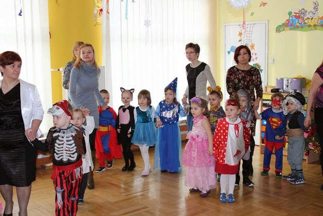 Z przedszkolakami chętnie tańczyli rodzice - full image