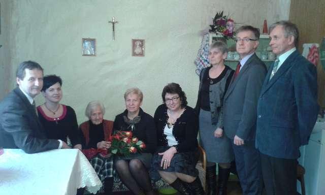 Jubilatkę, Rozalię Rytelewską, odwiedzili przedstawiciele samorządów - full image
