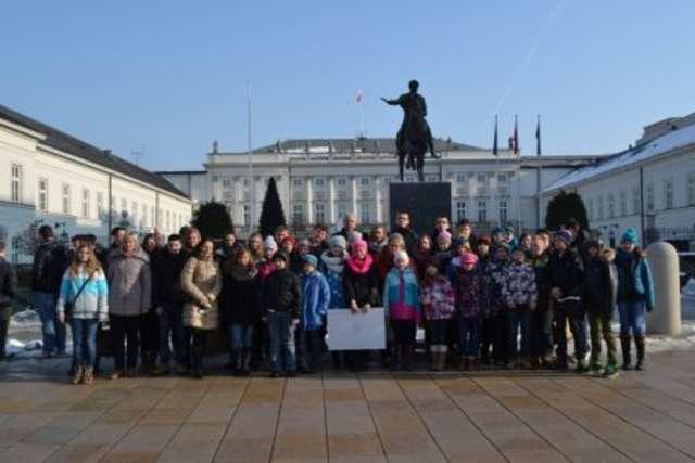 Uczniowie razem z burmistrzem Markiem Młyńskim z wizytą w Pałacu Prezydenckim  - full image