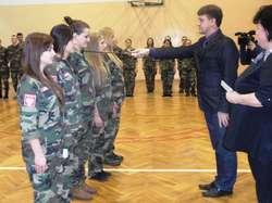 Uczniowie z klas mundurowych otrzymali stopnie awansu – to jedna z ważniejszych i niepowtarzalnych uroczystości w  szkole