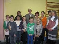 Społeczność szkolna wraz z przedstawicielem firmy DUON
