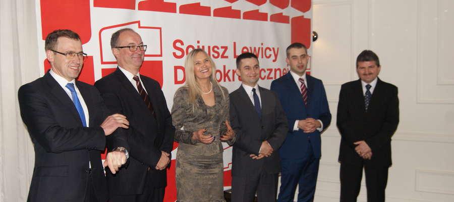 Bal charytatywny SLD od lewej stoją Cezary Olejniczak, Włodzimierz Czarzasty, Anna Kalata, Marek Budzich, Krzysztof Gawkowski oraz Zbigniew Włocki