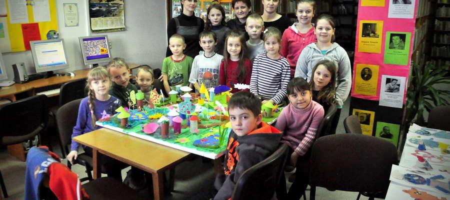 Dzieci w bibliotece prezentują swoją pracę – wioskę smerfów