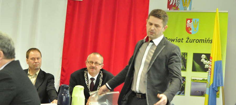Radny Mariusz Jarzynka był oburzony wypowiedziami kolegi z rady. Postanowił sprawę przedstawić na sesji