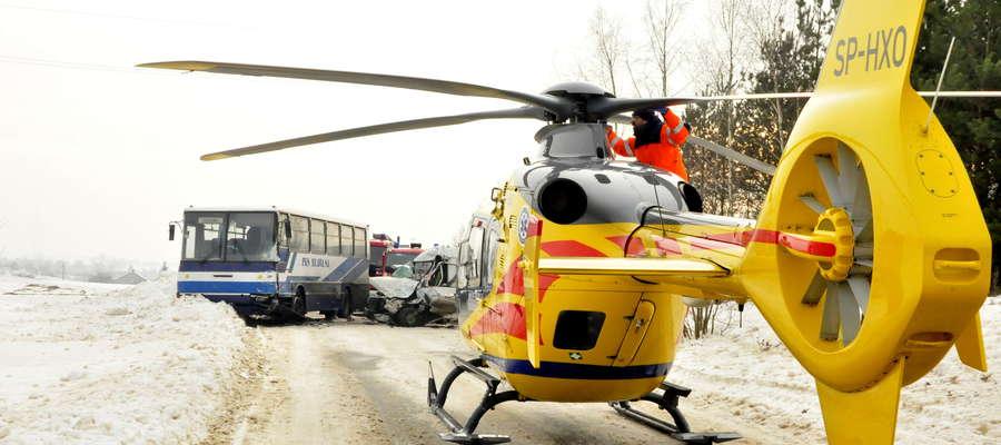 Wypadek za Gościszką. Ratownicy zabierają kierowcę  forda transita