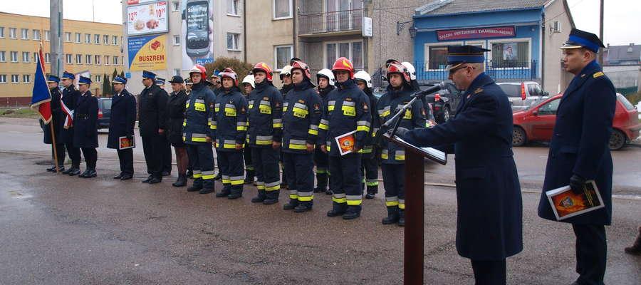 Na placu przed budynkiem KP PSP w Żurominie uroczyście przekazano samochody strażackie. fot. ej
