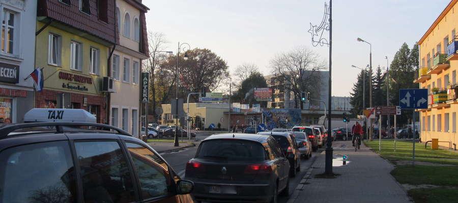 Kto z mieszkańców Bartoszyc nie zna takich obrazków? To częsty widok przy jedynym moście drogowym w mieście