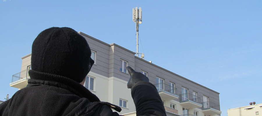 Mieszkańcy bloku nr 2 przy ul. Baczyńskiego z niepokojem spoglądają w stronę przekaźnika