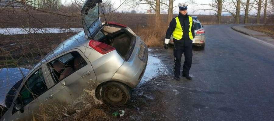 W Dąbrowie koło Bartoszyc kierowca fiata punto stracił panowanie nad samochodem i wylądował w rowie
