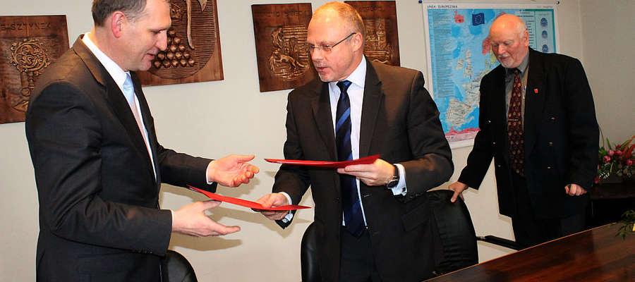 W siedzibie starostwa w Bartoszycach podpisano umowę dot. rewitalizacji jednego z pokoszarowych budynków.