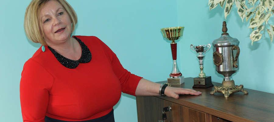 Prezes ZGKiM w Bisztynku Iwona Fafińska-Subocz w swoim gabinecie przechowuje sportowe trofea zakładu.