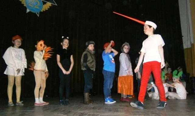 """Młodzi aktorzy z """"Czwórki"""" zaprezentowali się na scenie w Klubie Garnizonowym - full image"""