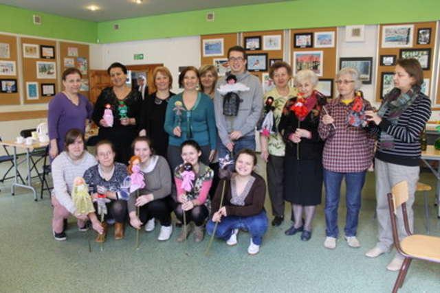 Uczestnicy warsztatów z dumą prezentują wykonane przez siebie kukiełki - full image