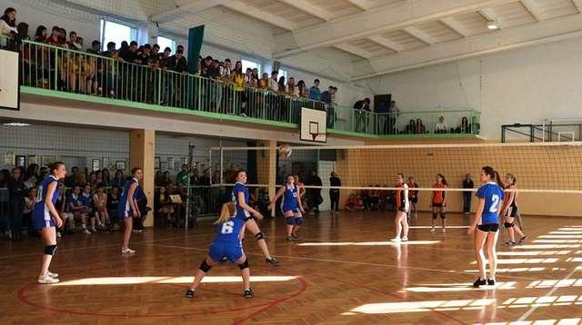 12 marca dziewczęta rozegrały mecze w siatkówkę  - full image