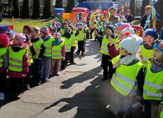 Przedszkolaki z MP nr 1 przeszły w kolorowym orszaku nad staw miejski - full image