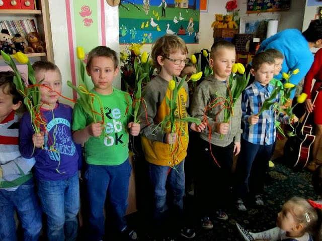 Przedszkolaki wręczyły paniom i dziewczynkom tulipany - full image