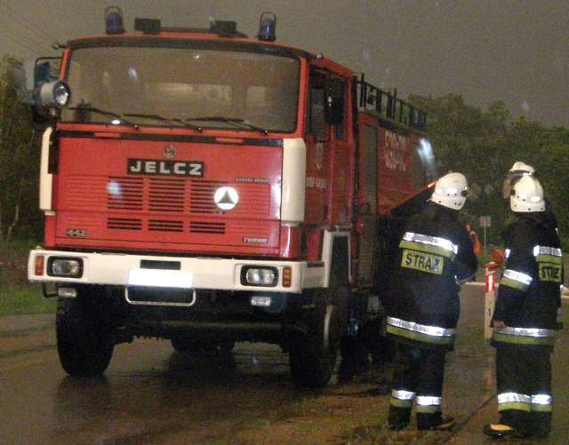 Straż gasiła w Ostrowi pożar garażu i magazynu - full image