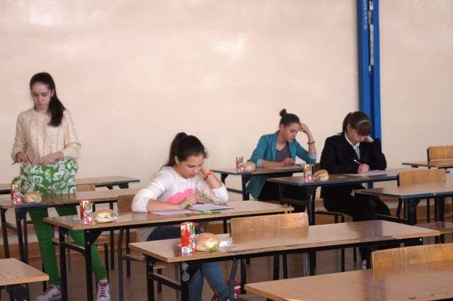 Uczniowie podczas pisanie 30 minutowego testu - full image