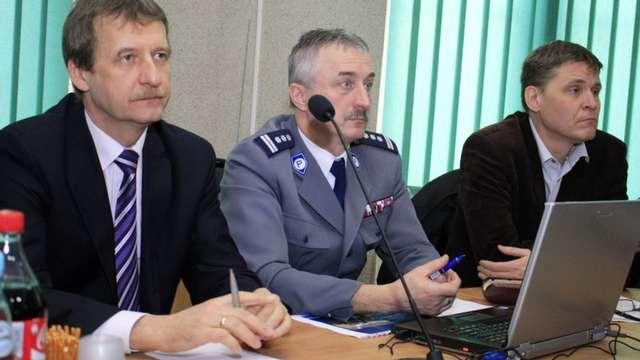 W debacie wzięli udział samorządowcy i przedstawiciele policji - full image
