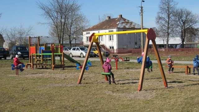 Nowe, kolorowe place zabaw przyciągają wielu chętnych do zabawy małych mieszkańców gminy - full image