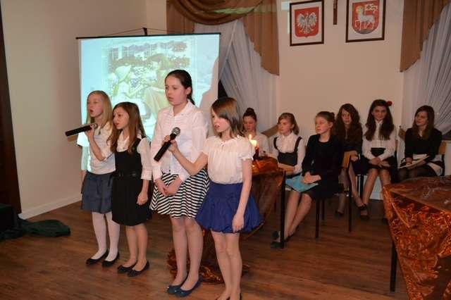 Na wieczornicy poświęconej Agnieszce Osieckiej zaprezentowały się uczennice z Broku  - full image