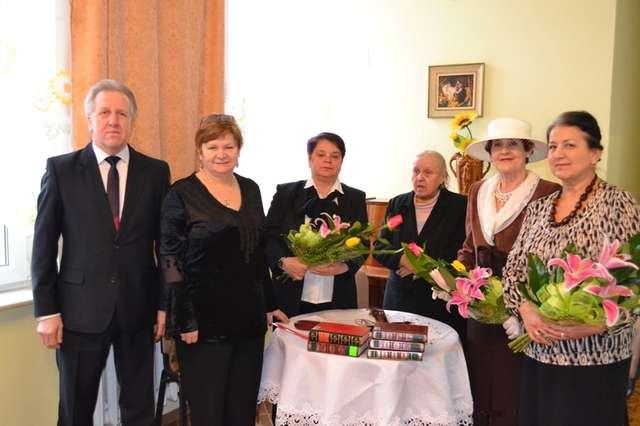 Z okazji Dnia Kobiet obecnym na spotkaniu paniom wręczono kwiaty - full image