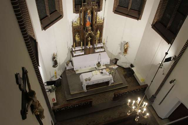 Niewielka kaplica ma aż trzy poziomy - full image