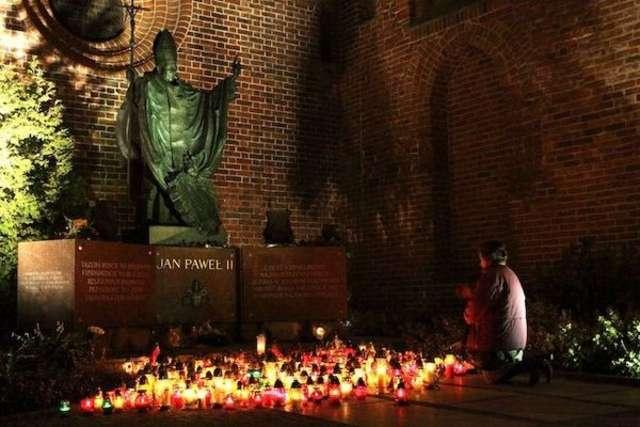 Pomnik Jana Pawła II przed katedrą - full image