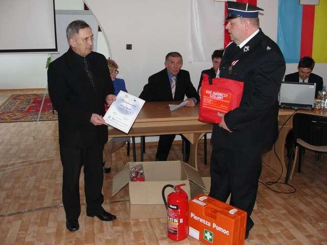Podczas ostatniej sesji rady gminy Wąsewo sołtys Mirosław Cichowski przekazał zestaw bezpieczeństwa na rzecz OSP - full image